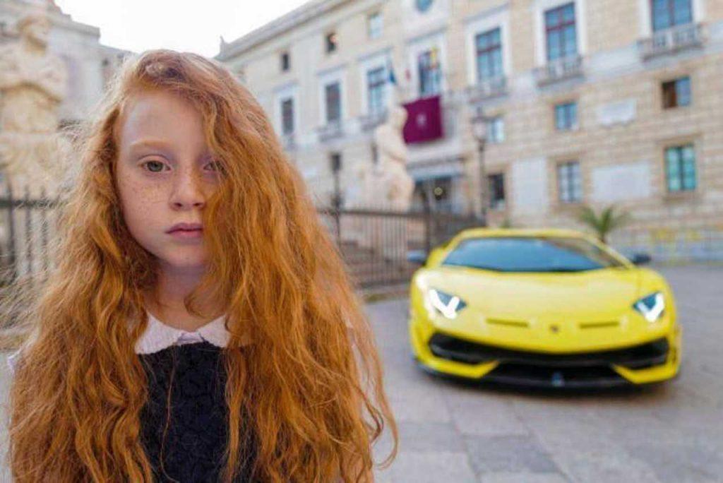 La bambina con la Lamborghini in centro a Palermo, foto di Letizia Battaglia.